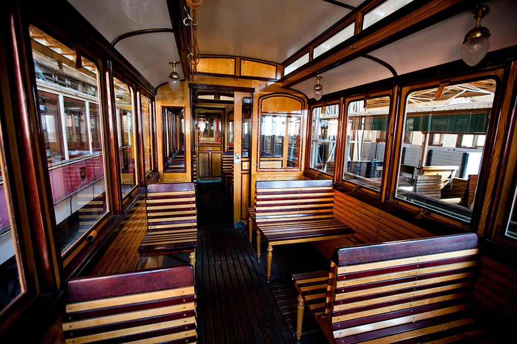 """<p style=""""color: #bababa"""">Restaurierter Eisenbahnwaggon <br> der Tischlerei Lammer </p>"""